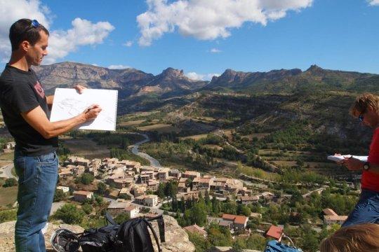 Sébastien Castelltort facing the Eocene Cis conglomerate cliff, near Roda de Isabena, Spain. Credit: UNIGE